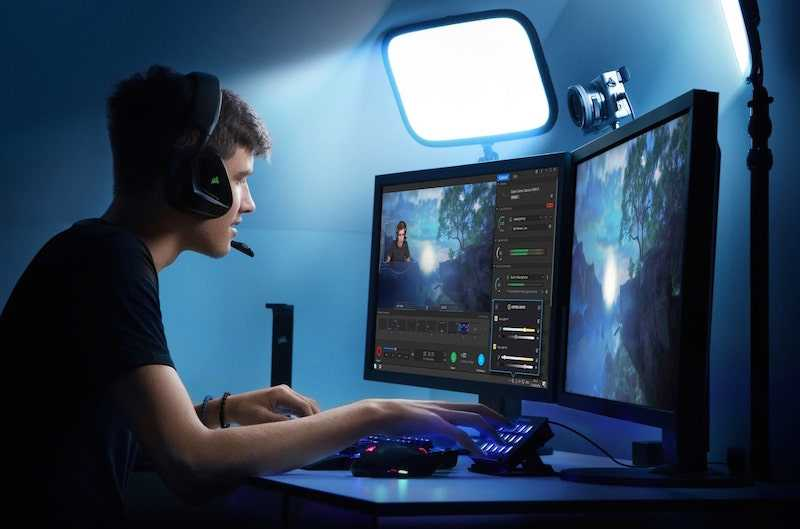 Streamer with two monitors and light